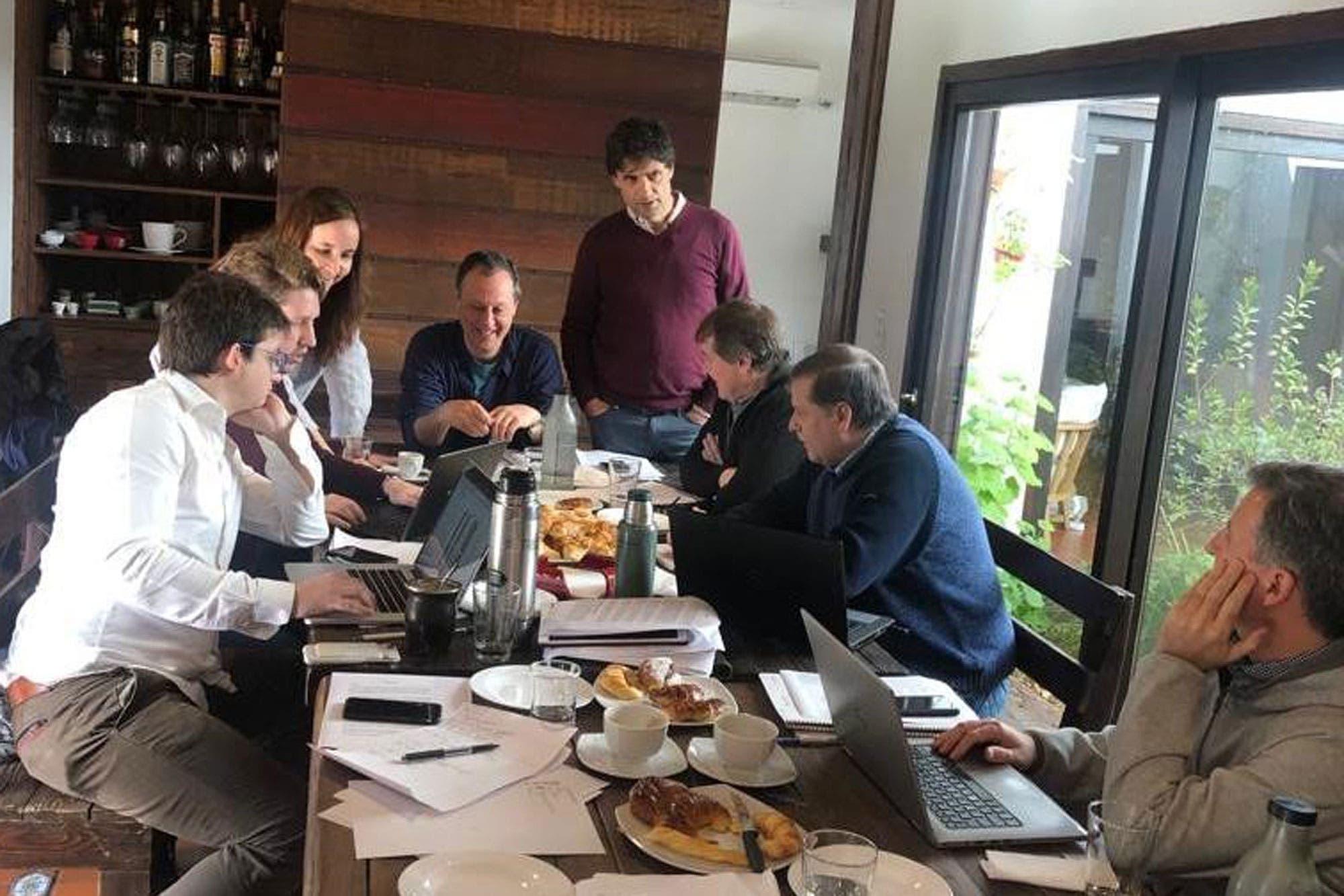 Datos de la economía y desayuno de equipo en Tigre con mate y medialunas, las primeras horas de Lacunza