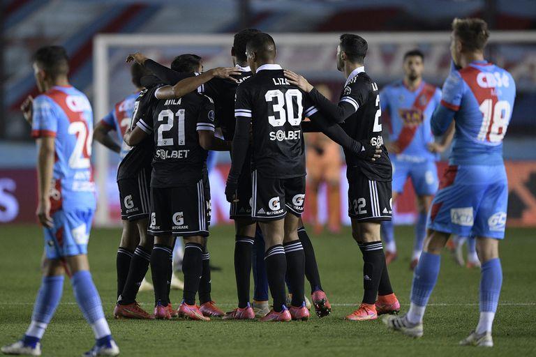 arsenal-–-sporting-cristal:-los-de-sarandi-lo-ganaban,-pero-con-una-chilena-sobre-el-final,-los-peruanos-igualaron-y-pasaron-a-los-cuartos-de-la-copa-sudamericana
