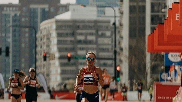 seis-maratones-en-seis-semanas-y-en-menos-de-3-horas:-el-desafio-extremo-de-shalane-flanagan
